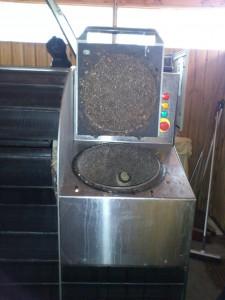 Her hælder beboerne deres køkkenaffald i maskinen