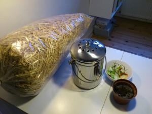 Halm, skinnende ny kompostbeholder, organisk affald og jord - så er vi klar!