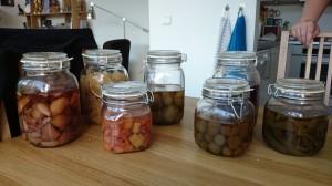 Syltede grønne tomater og andre sylteglas.